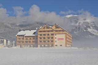 Vor der wunderschönen Bergkulisse im Herzen Gosaus wurde das COOEE alpin Hotel Dachstein nun eröffnet