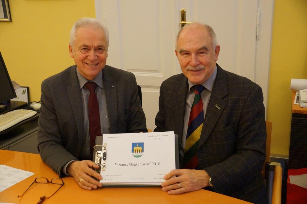 Bgm. Helmut Leitenberger und Finanzreferent Alfred Pauli legten dem Gemeinderat den Budgetvoranschlag 2018 vor.