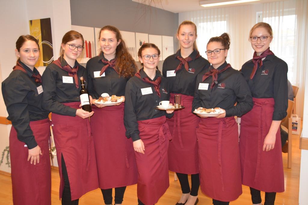Die Schülerinnen der HLW Pinkafeld servierten wieder selbstgemachte Köstlichkeiten.