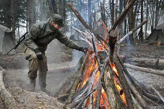 Errichten einer Feuerstelle im Feldlager.
