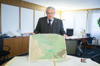 Werher Hoffmann, Präsident des Bundesamt für Eich- und Vermessungswesen, mit einem Blatt der Urmappe, die im BEV aufbewahrt wird.