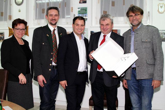 Der Gemeindevorstand rund um Bgm. Martin Weber (2.v.l.) mit Michael Schickhofer (M.), der eine Sonderförderung für die Freibadsanierung zugesagt hat.