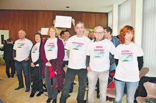 Stiller Protest der Bürgerinitiative gegen das in Niklasdorf geplante Krematorium.