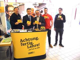 """Emil Bolena (WK), Direktor Werner Klaus, Kammerobmann Peter Hopfeld, Schulsprecher Johannes Neumann und """"Schulfotograf"""" Andre Csenkey."""