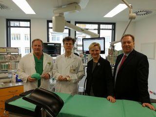 Stadträtin Frauenberger und Bezirksvorsteher Prokop besuchten das neu eröffnete OP-Zentrum im Wilhelminenspital.