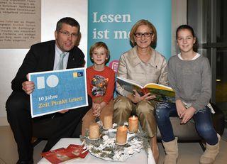 Bürgermeister Landtagsabgeordneter Martin Schuster und Landeshauptfrau Johanna Mikl-Leitner mit jungen Lesern beim zehnjährigen Jubiläum der Leseinitiative Zeit Punkt Lesen.