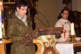 Adventfeier mit Pfarrer Robert Strohmaier - mit im Bild Maria Prechtler.