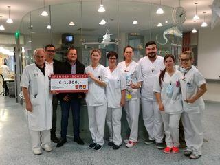 Josef Luttenberger und Markus Titz (2.u.3.v.l.) übergaben den Spendenscheck in der Kinderkrebsstation.