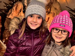 Voller Vorfreude auf das Christkind: Rabea und Finja Stolz