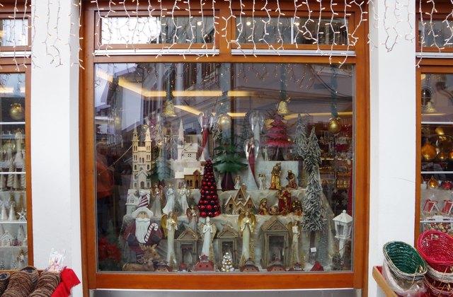 eine schön dekorierte Schaufensterauslage im schönen Villach bei der Stadtpfarrkirche am Hauptplatz