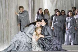 Pavel Petrov (Lenski), Oksana Sekerina (Tatjana), Yuan Zhang (Olga), Christina Baader (Larina), Chor der Oper Graz