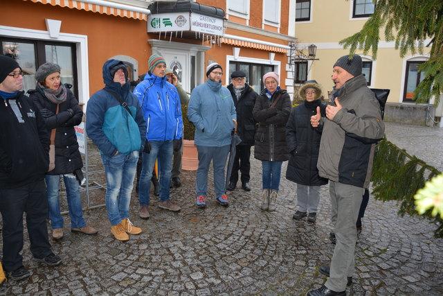 Karl-Heinz Sigl (rechts) erklärt die markanten historischen Merkmale im Donaumarkt Mauthausen.