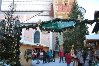 Der Eingang zum Mittenwalder Christkindlmarkt, zu Füßen der St. Peter und Paul Kirche.