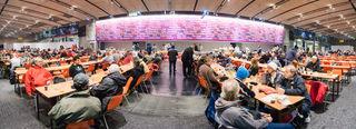 Das erste Fest für Adressenlose fand im Dezember 1998 mit 30 Besuchern statt. Mittlerweile kommen rund 1.000 Menschen in die Stadthalle.