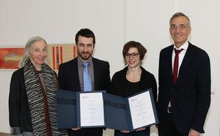 Von links nach rechts: die Stifterin Hiltraud Märk-Zuegg, der Preisträger Paul Keckeis, die Preisträgerin Magdalena Gronau, Rektor Tilmann Märk.