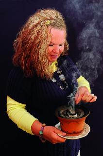 Annemarie Herzog mit ihrer Räucherschale