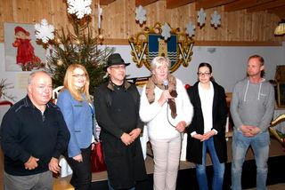 Obfrau Sigrid Bergmann (3.v.r.) vom Verein Akultum organisierte den Adventmarkt im Poinerhaus.