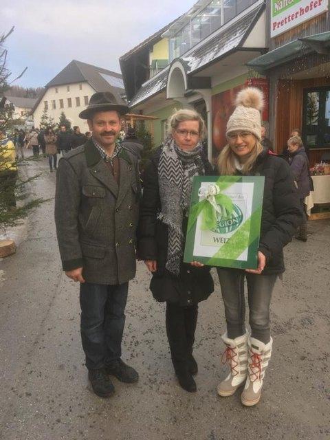 Elfriede Raith bekam die Partnerschaftsurkunde überreicht. Margit Oblak und Thomas Derler gratulierten herzlich.