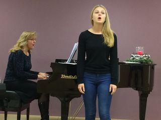 Direktorin Andrea Werkovits begleitet ihre Schülerin Alina Weber am Flügel.