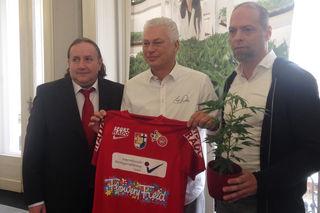 Premiere in Österreich: Cannabis auf einem Sportleiberl. Auch Viktoria Trainer Toni Polster steht hinter dem neuen Sponsor.