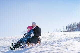 Ob jung oder älter: Schlittenfahren zählt zu den spaßigsten Aktivitäten in den Wintermonaten.