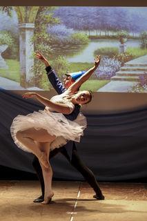 Clara (Amelie Grünsteidl) und Prinz Nussknacker (Julien Weninger) beim zärtlichen Pas de deux.
