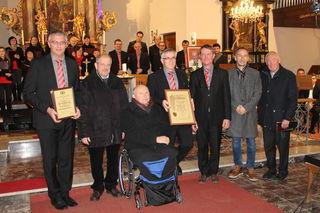 Ausgezeichnet: Im Rahmen des Adventkonzertes wurden Robert Saurugg und Kulturkreis-Obmann Engelbert Lafer (4.v.r.) für ihre Leistungen um das kulturelle Geschehen in Ottendorf geehrt.
