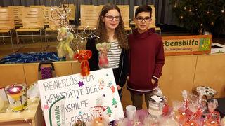 Die Schüler Annabell Wimmer und Thomas Zehethofer verkauften beim Weihnachtsmarkt selbstgebastelte Produkte zugunsten der Lebenshilfe-Werkstätte St. Georgen/Gusen.