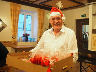 Claus Ludwig beim Verteilen der Geschenke