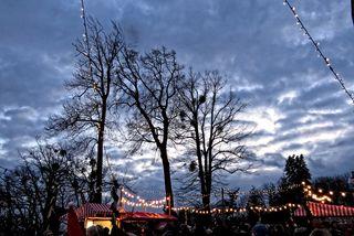 Unterhalb des Schlosses ist ein kleines Weihnachtsdorf mit kleinen Hüttchen aufgebaut, alles ist weihnachtlich geschmückt