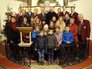 Einige der Mitwirkenden des Adventkonzertes in St. Martin zu Großhaselbach, darunter Pia Søndergaard (mit grüner Strickmütze) und Isabella Küntzel (im beigen Gewand). Links im Hintergrund der dänische Weihnachtsbaum.
