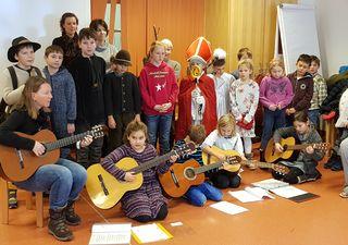 Kinder der Volksschule Viehofen im Seniorenhaus Kaprun