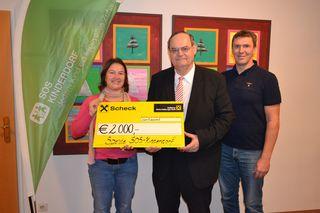 Die pädagogische Leiterin des SOS-Kinderdorf Seekirchen, Brigitte Hutegger, nahm von Thermen- Geschäftsführer Felix Pichler und Betriebsleiter Torsten Butter den Scheck entgegen.