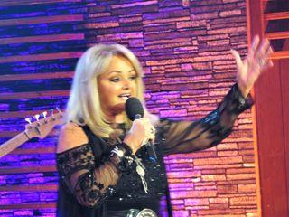 """Pop-Legende """"Bonnie Tyler"""" brachte mit altbekannten und neuen Hits mit ihrer """"rauchigen Stimme"""" den Saal zum Kochen!"""