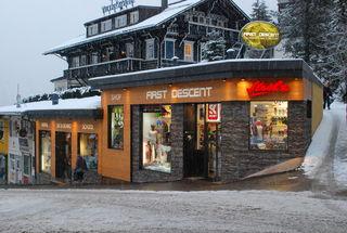 Die ans Ortsbild angepasste Außenfassade wurde mit einer ansprechenden Natursteinverkleidung neu gestaltet.