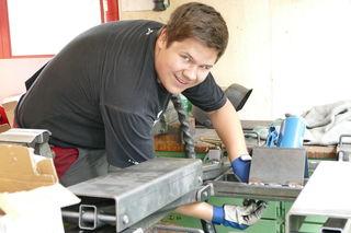 """Johannes Gruber aus Obertauern beim Finalisieren der Arbeiten an seinem Gesellenstück """"Quad-Heber""""."""