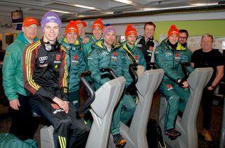Das deutsche Skisprung-Team wärmt sich gerade in St. Johann für die heutige Qualifikation auf. Für Andi Wellinger (vorne links) gilt es, Gesamtrang zwei in Bischofshofen zu verteidigen.