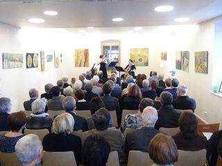 Kathrin Ully (Querflöte) und Christina Hörmann (Gitarre) eröffneten in dem mit Bildern von Waltraud Fischer kunstvoll dekorierten Pfarrsaal die Kammermusik Konzert Matinée am Sonntag, dem 7. Jänner in der Stadtpfarre Leibnitz.
