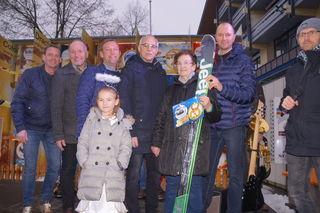 Glücksengerl Lorena mit Gewinnerin Susanne Steiner und den SBS-Mitgliedern.