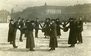 Das sind nicht die viktorianischen Steampunk-Kostüme, sondern Eistänzerinnen aus dem Jahr 1917.