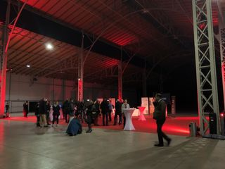 Etwas verloren wirkte die Pressekonferenz in der riesigen, leeren Halle. Bald soll hier wieder Leben einkehren.