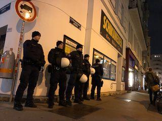 18 Uhr: Die Polizei in voller Montur vor dem Schikaneder. Rund 60 Beamte waren an dem Abend im Einsatz
