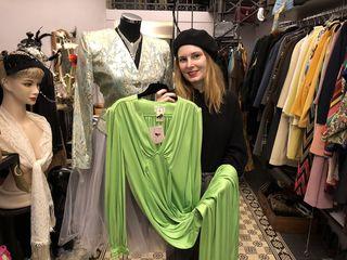 Ursula Wagner präsentiert ein Kleid aus den Siebzigerjahren unter den wachsamen Augen von Lotte, der Puppenbüste aus Berlin.