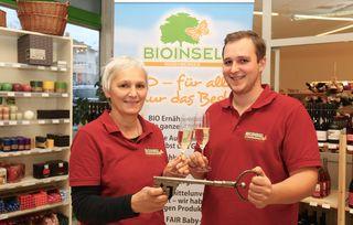 Monika Rosenberger vertraute ihrem Sohn Thomas (24) die Geschäftsführung der Bioinsel Rosenberger an. Darauf musste man natürlich feierlich anstoßen.