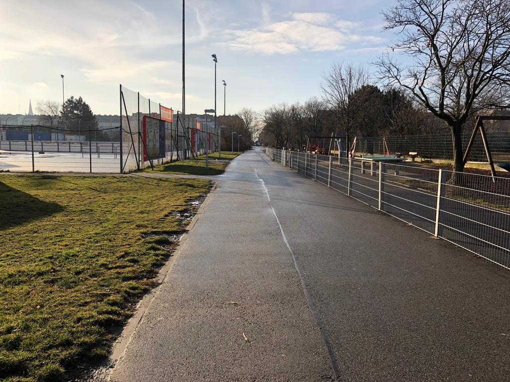Links noch die Rollschuhbahn, rechts der Spielplatz.