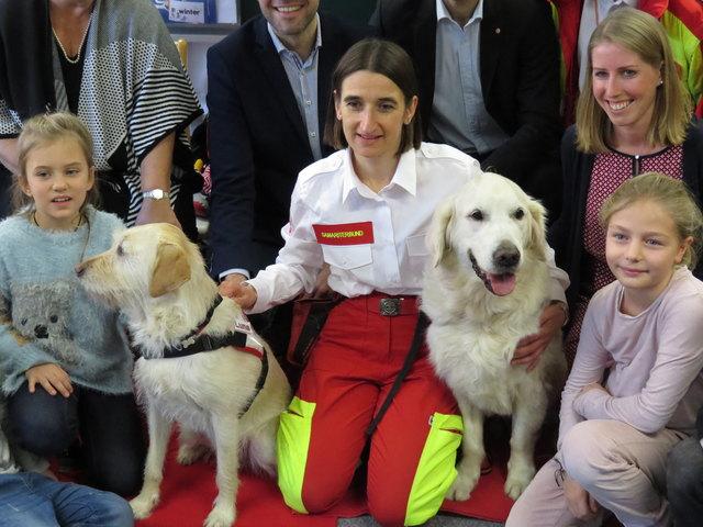 Kuscheln, Knuddeln und den richtigen Umgang mit Hunden lernen die Kinder der Volksschule der Wiener Sängerknaben.