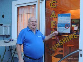 Peter Haselbacher bedankt sich bei seinen Gästen für die Treue trotz Nichtraucherlokal.