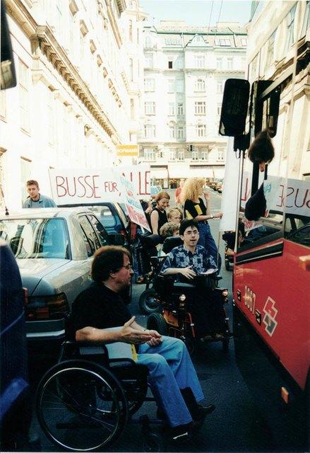 """""""Öffis für alle"""": Die Blockade des 13A im Jahr 1996 durch Rollstuhlfahrerinnen und -fahrer."""