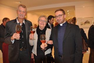 Auch Pfarrer Istvan Hollo besuchte die Eröffnungsausstellung im Bild mit den Künstler Fritz Pribitzer mit Gattin