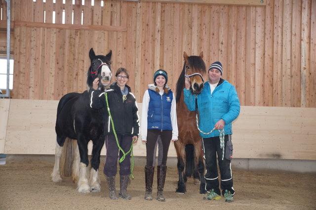 Martina und Reinhard Hofmann (außen) mit Reitlehrerin Katharina Kaltenbrunner (Mitte) und den Pferden Fanny und Hilde.
